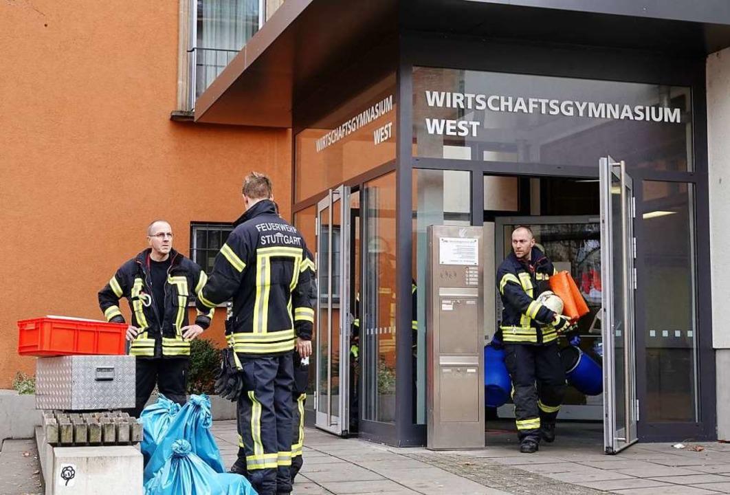 Wegen eines möglichen Gefahrgutunfalls...nasiums in Stuttgart evakuiert worden.  | Foto: dpa