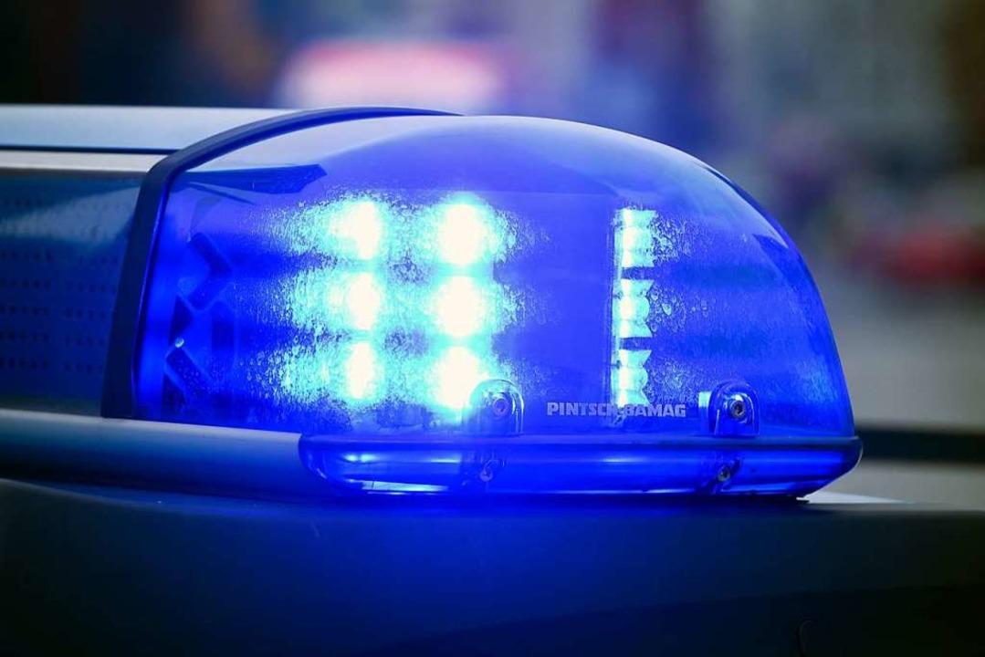 Zeugen verständigten die Polizei, nach...dann gegen eine Laterne gefahren ist.     Foto: dpa