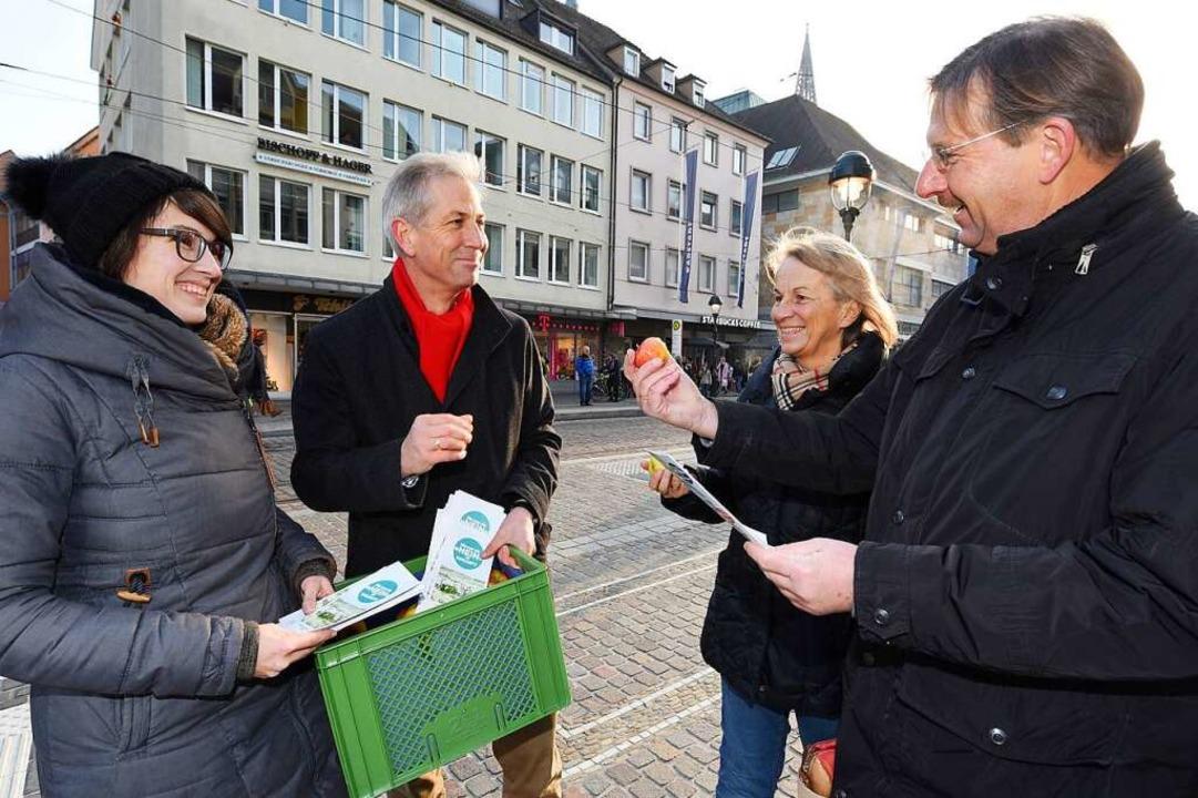 Die CDU-Stadträte Carolin Jenkner und ...de  links) im Gespräch am Europaplatz.  | Foto: Rita Eggstein