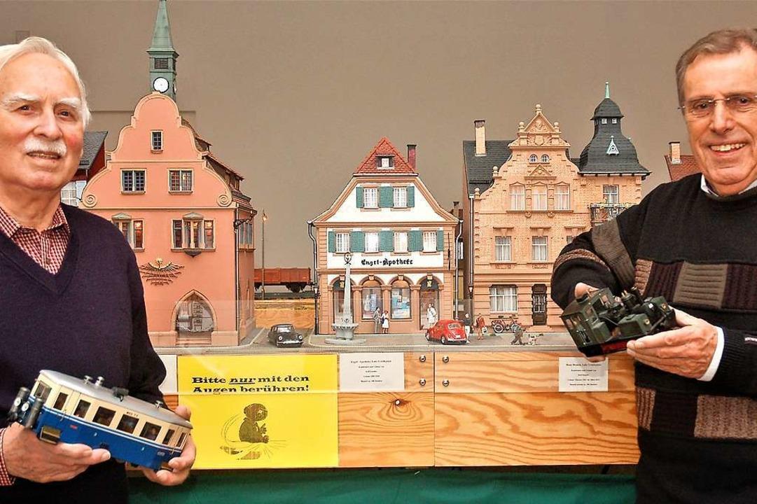 Die beiden Modellbauer Otto Kraemer (l...man den Urteilsplatz der 1950er-Jahre.  | Foto: Wolfgang Beck