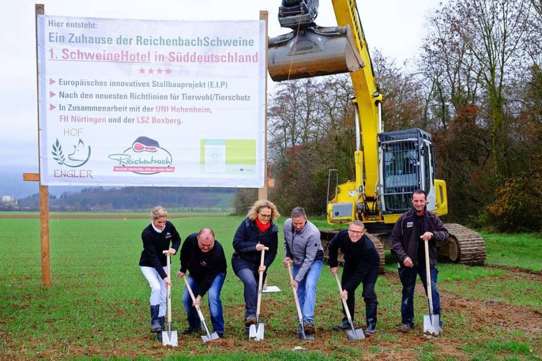 Der Spatenstich ist erfolgt: Sonja und...Tiefbauer Stephan Ruhland (von links).  | Foto: Martin Pfefferle