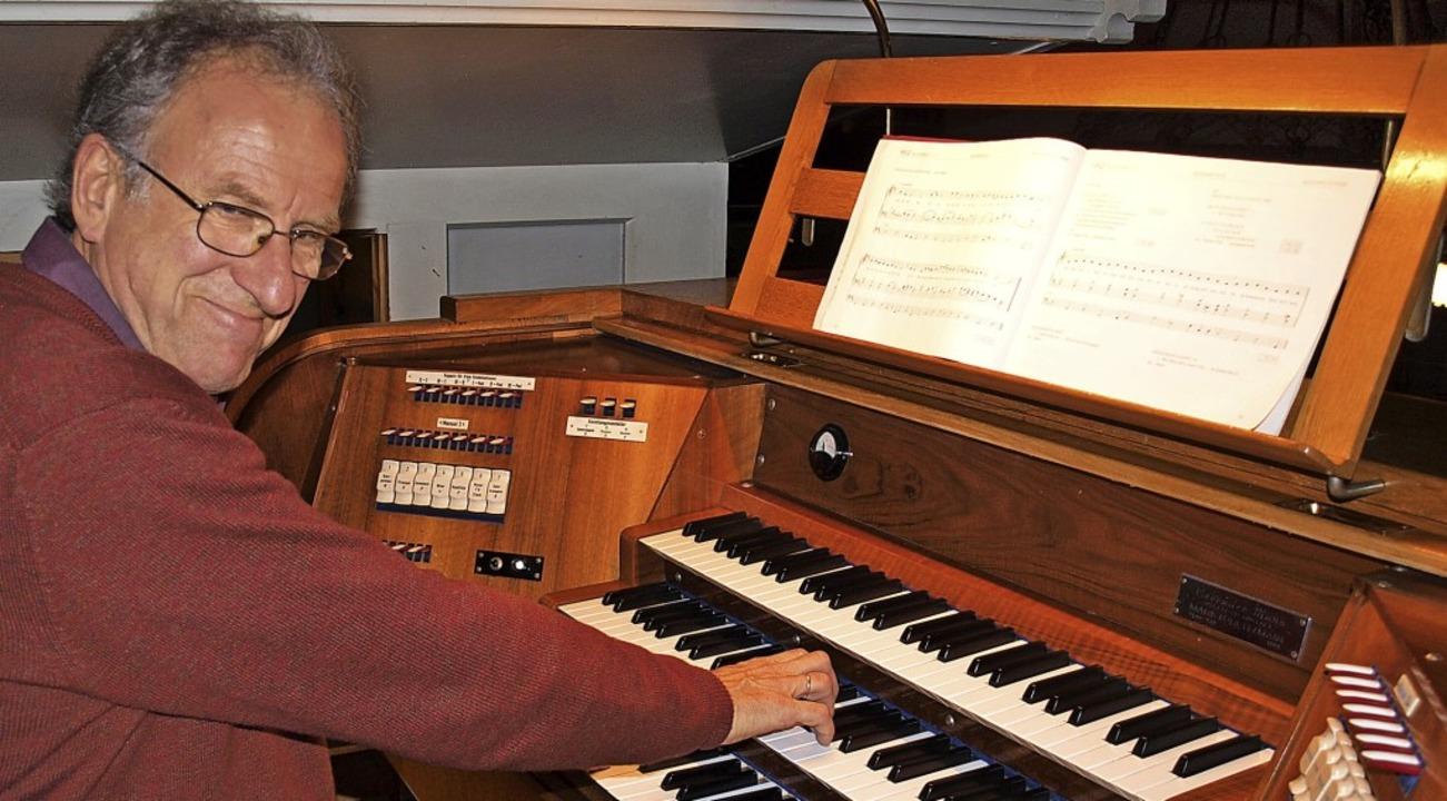 Riesig freut sich Kirchenmusiker und O...von 1966, die erstmals überholt wurde.  | Foto: Paul Schleer