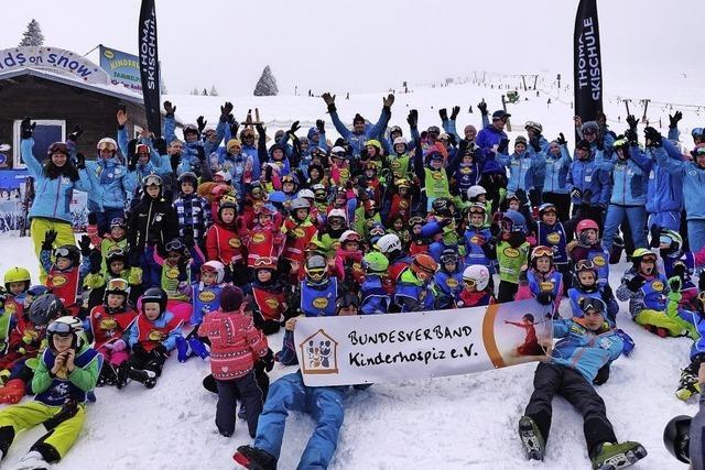 Junge Skifahrer auf Lerntour