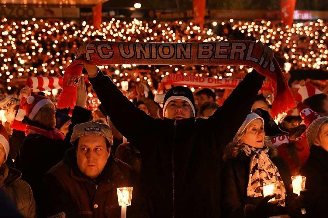 Das Weihnachtssingen bei Union Berlin ...leichen Tag noch in Liga zwei antreten  | Foto: dpa