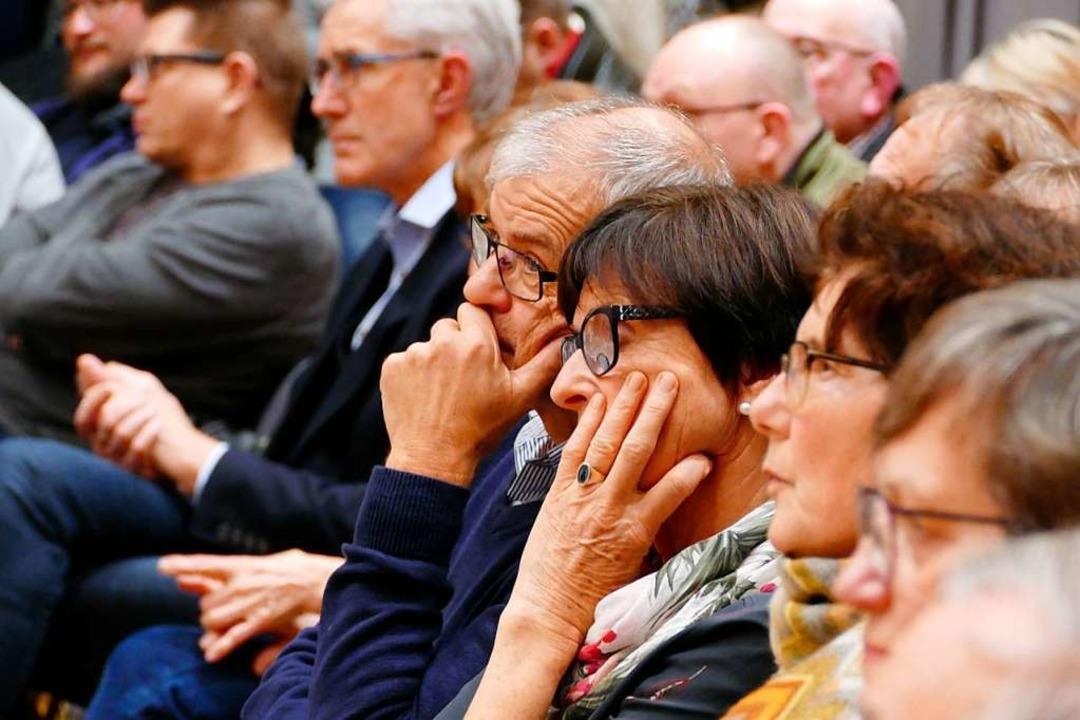 Nachdenkliche Mienen bei den Gegnern d...über den Bebauungsplan gekommen waren.  | Foto: Christian Kramberg