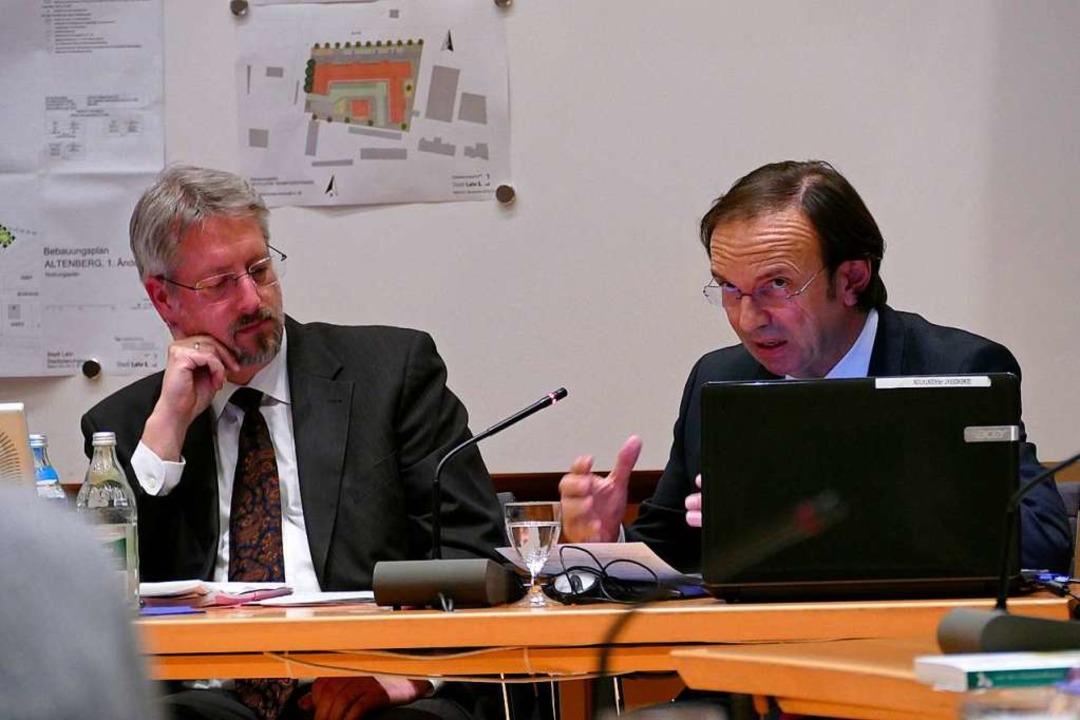 Baubürgermeister Tilman Petters (links...irk erläuterten den Stand der Planung.  | Foto: Christian Kramberg