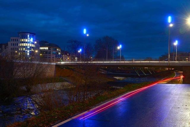 Blaues Licht erleuchtet die neue Kronenbrücke