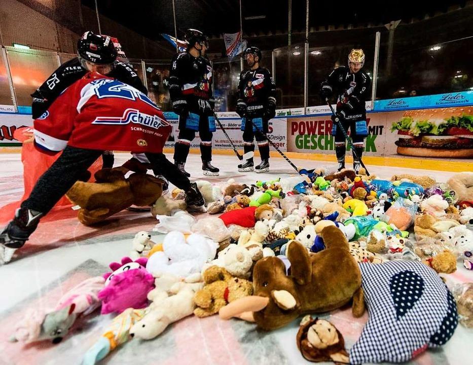 Am Freitag findet wieder der beliebte Teddy Bear Toss beim EHC statt   | Foto: Patrick Seeger