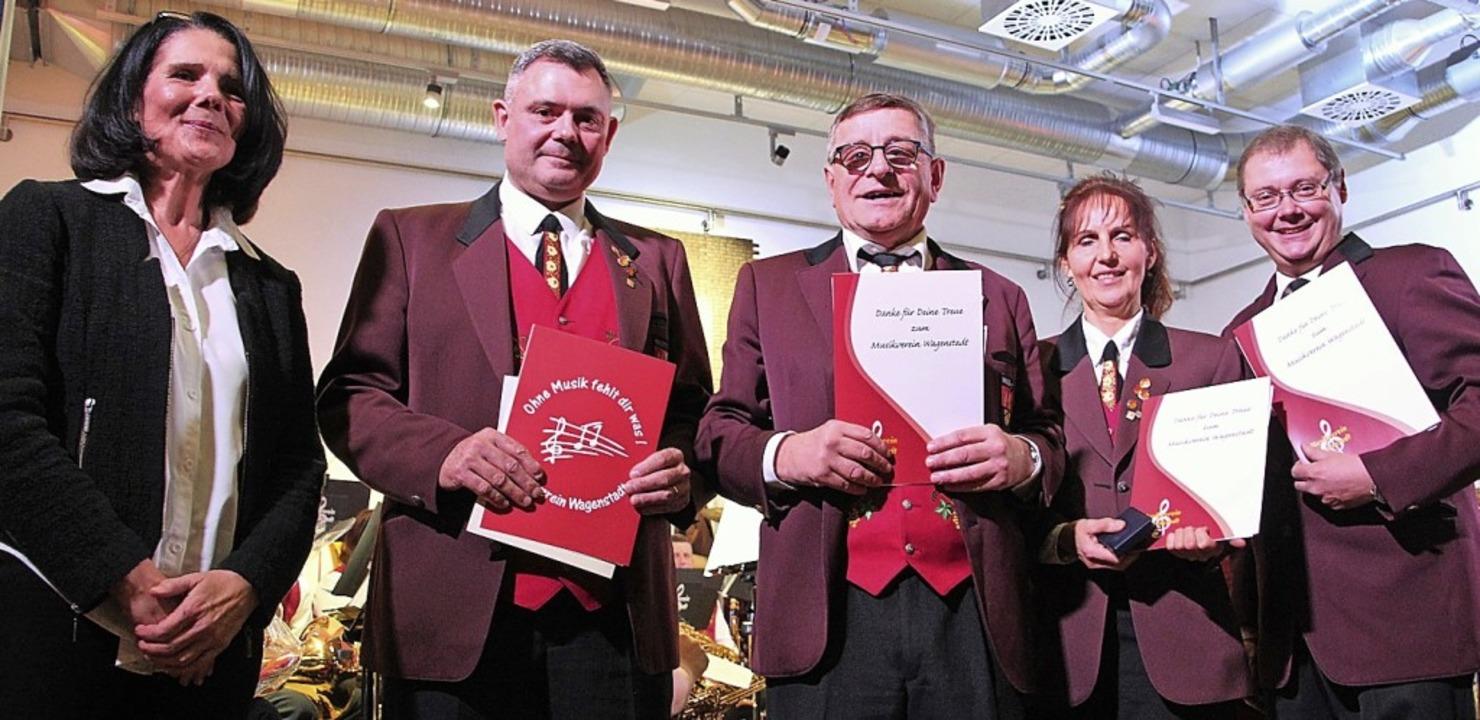 Sonja Schnell (l.) zeichnete Eberhard ...ten wurden zu Ehrenmitglieder ernannt.  | Foto: Werner Schnabl
