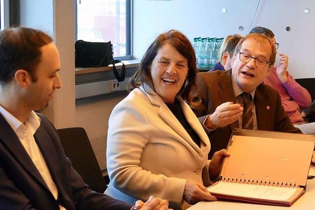 Oberbürgermeister Eberhardt unterzeichnet Baugenehmigung für Fisher Clinicals