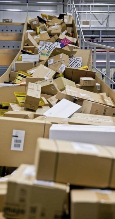 Am laufenden Band rutschen die Pakete in die Sortieranlage.     Foto: dpa/Strittmatter