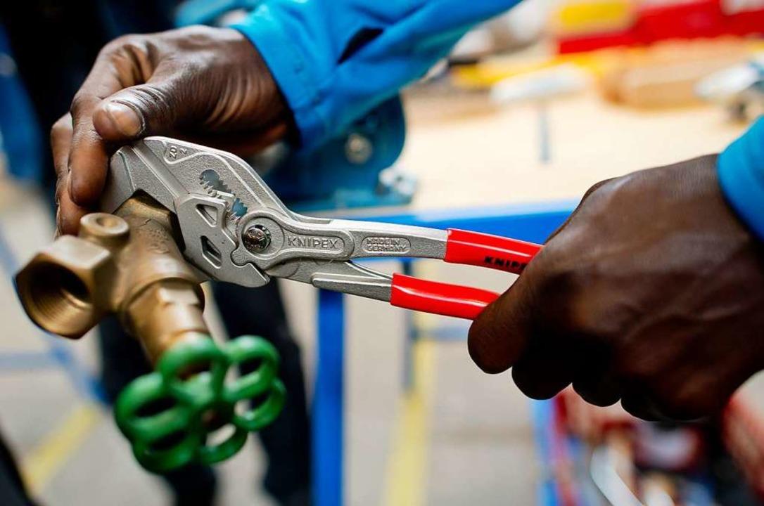 Fachkräfte sind in Deutschland gefragt...tling arbeitet in einer Lernwerkstatt.    Foto: dpa