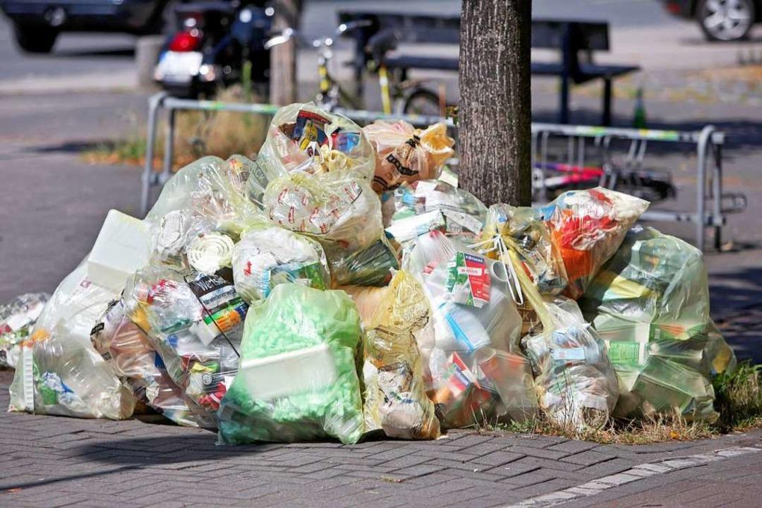 Gelbe Säcke mit Plastikmüll  | Foto: dpa