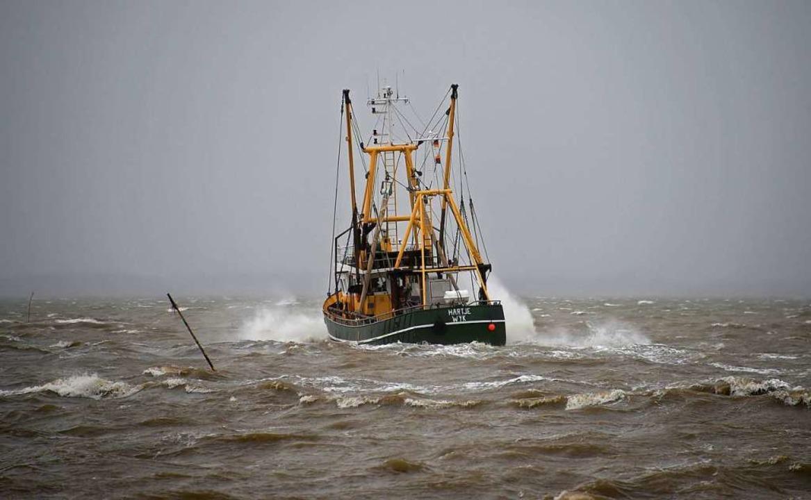 Der Fischkutter «Hartje» fährt vor Dag...lich niedrigeren Fangmengen auskommen.  | Foto: dpa