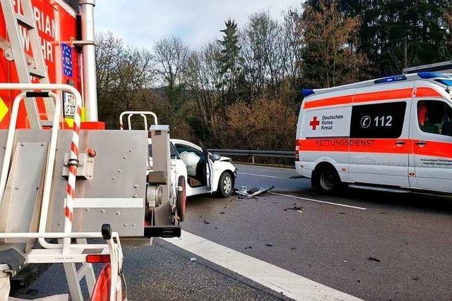 Betriebsstoffe laufen nach Unfall auf Straße aus