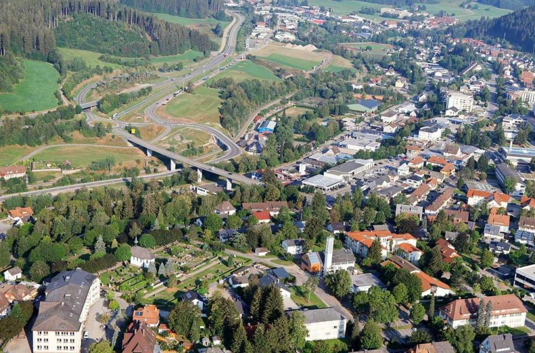 Die Hoch-Brücke (links) als Einfallsto...Helios-Klinik, dort liegt die Abfahrt.  | Foto: Jürgen Peschek