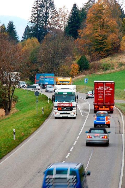 Lastwagen auf der B31 bei Kirchzarten  | Foto: Thomas Winckelmann