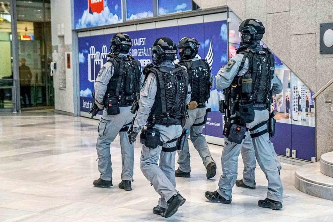 Eine Polizeistreife auf dem Stuttgarter Flughafen     Foto: dpa