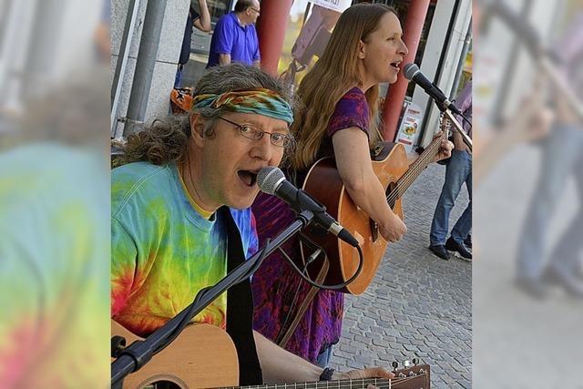 Ein Paar, zwei Gitarren und alle singen mit