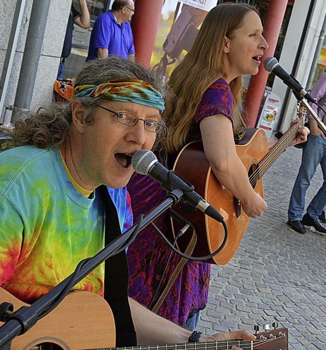 Tina & Jo sind auch Straßenmusiker aus Leidenschaft.   | Foto: Ruda