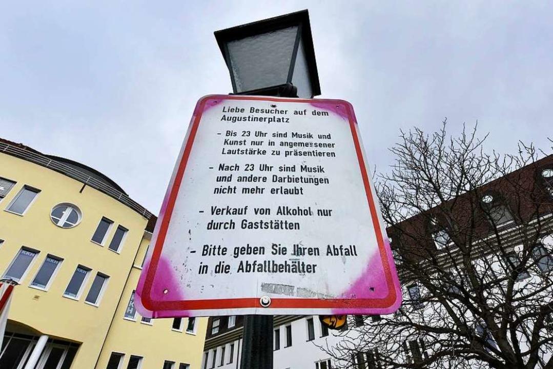 Wird in Sommernächten nur wenig beacht...Hinweisschild auf dem Augustinerplatz.  | Foto: Michael Bamberger