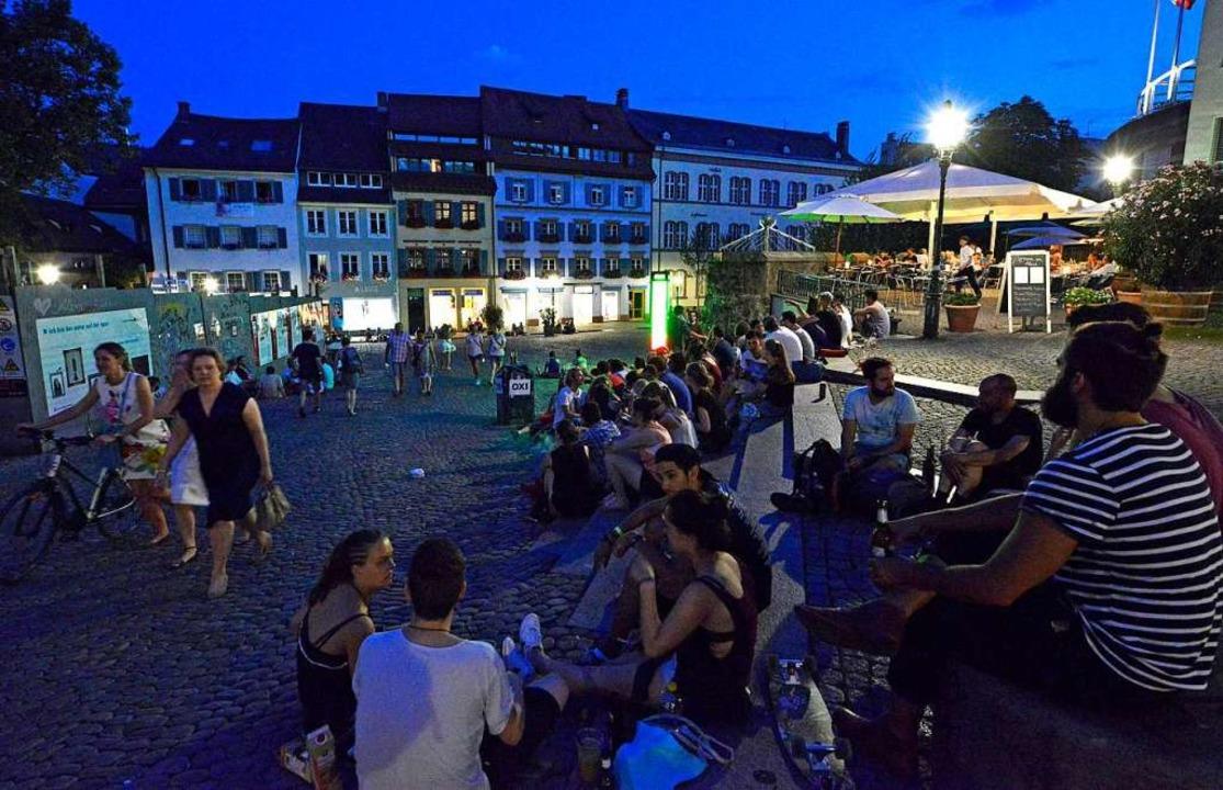 Einer der beliebtesten Treffpunkte in der Innenstadt: der Augustinerplatz.  | Foto: Michael Bamberger