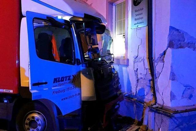 Laster kollidiert mit Sprinter und prallt gegen Hauswand