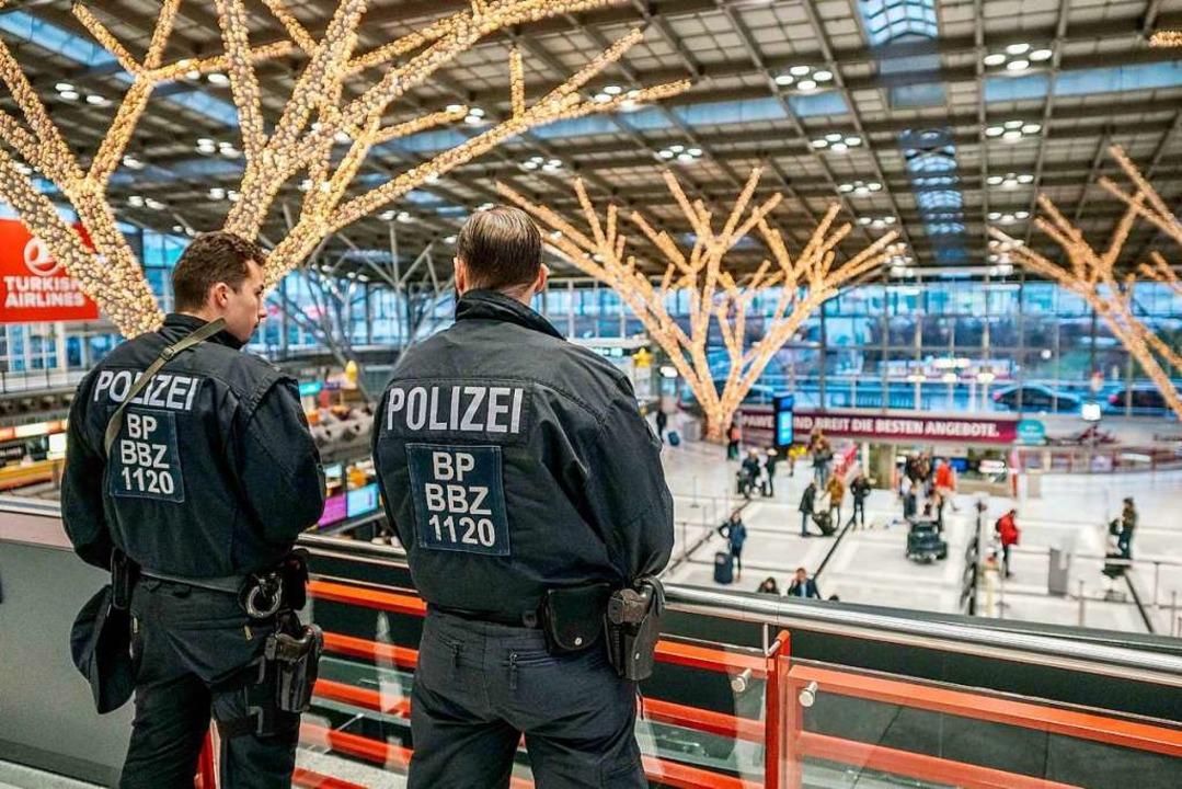 Die verschärften Sicherheitsmaßnahmen treffen den Airport zur Hauptreisezeit.    Foto: dpa