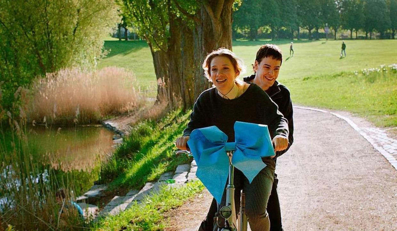 Seltener Glücksmoment: Damian hat Mia ein Rad geschenkt.   | Foto: swr