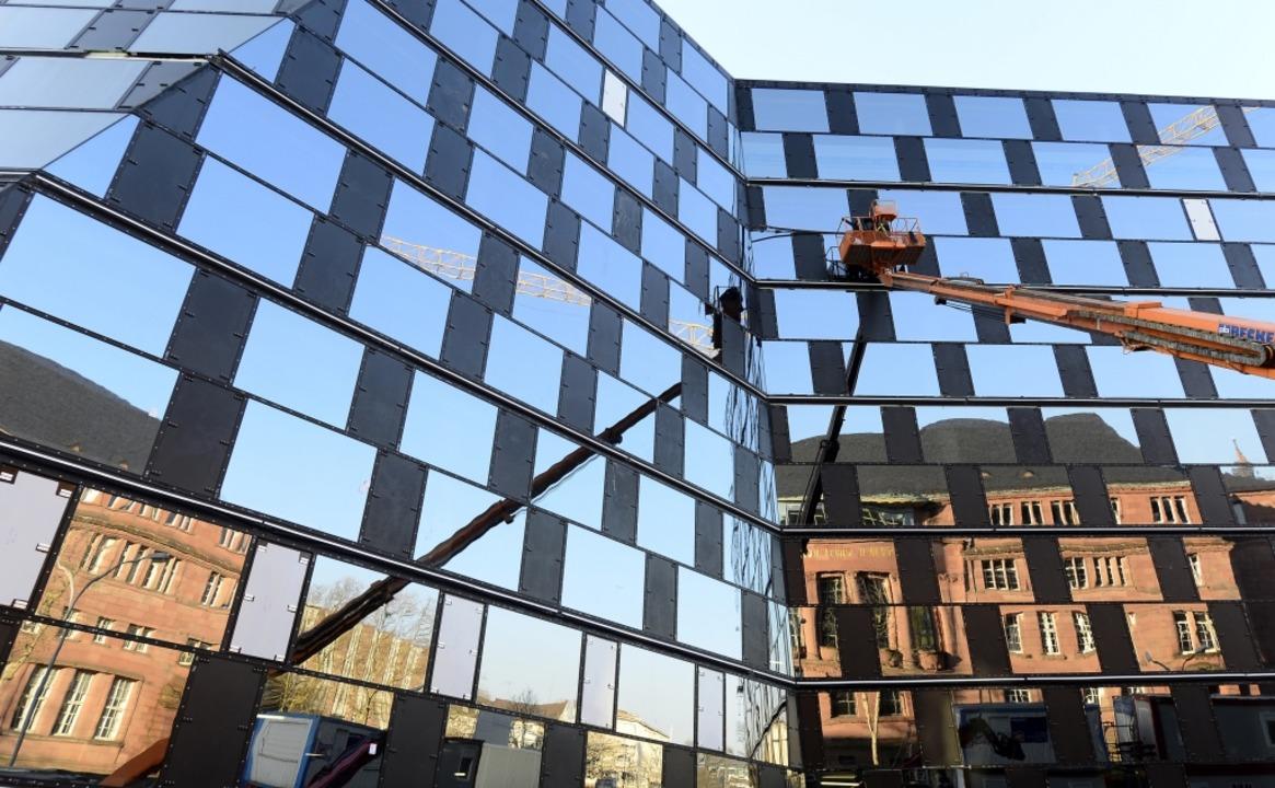 Nicht zum ersten Mal muss an der Fassade der UB nachgebessert werden.  | Foto: Ingo Schneider