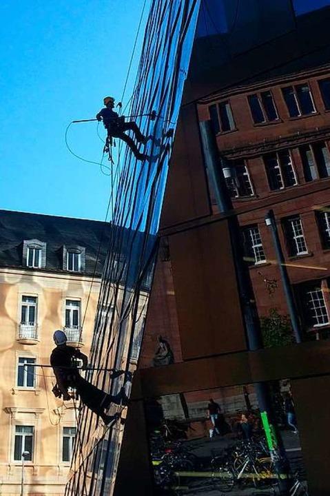 Fassadenkletterer an der UB am 11. Okt...möglicherweise die Fassade beschädigt?  | Foto: Peter Sliwka