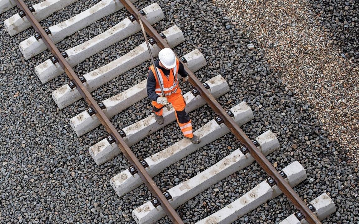 Zu Beginn des neuen Jahres starten die...r die Rheintalbahn im Bereich Auggen.     Foto:  dpa