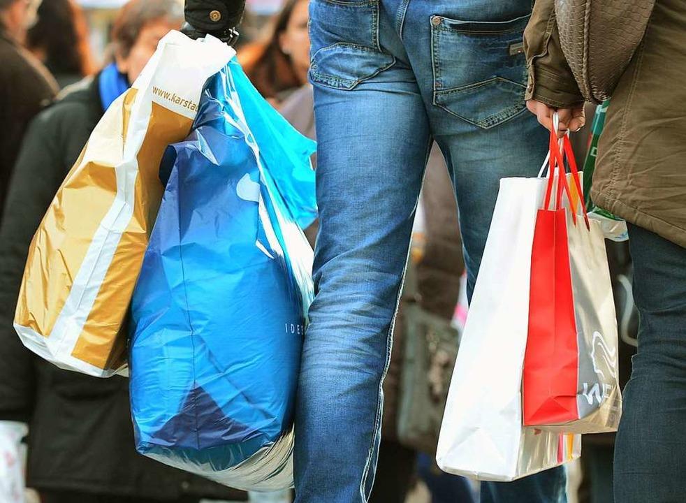 Auf Plastiktüten könnten die Konsumenten leicht verzichten.   | Foto: DPA