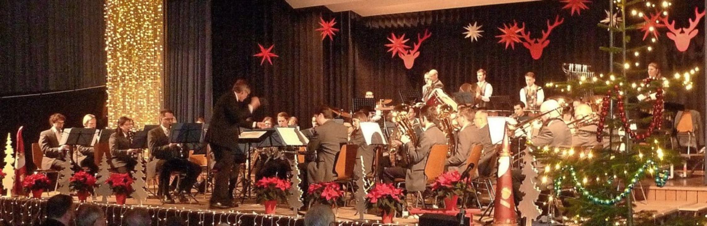Großartige Musik wurde in der weihnachtlich geschmückten Halle geboten.  | Foto: Karlernst Lauffer