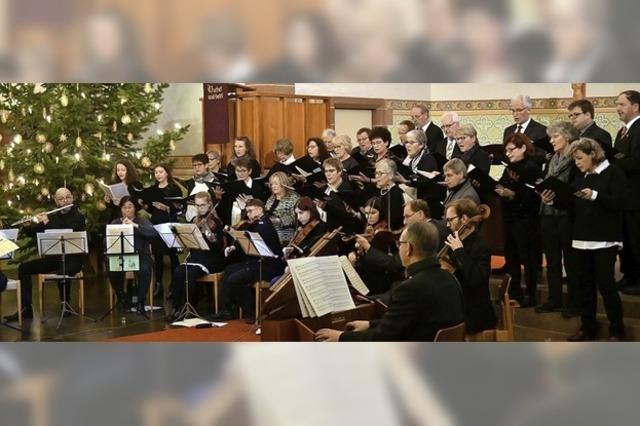 Kraftvoll erfüllen die Stimmen des Chors den Kirchenraum