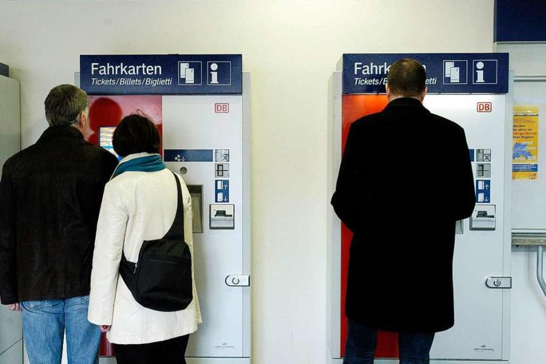Bahnkunden an Automaten im Reisezentrum Freiburg