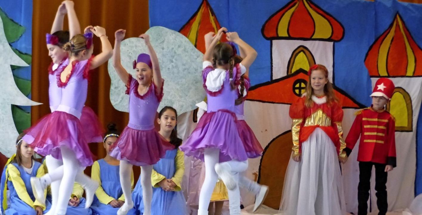 Mit viel Tanz in führen die Hugstetter Schuler das Nussknacker-Musical auf.   | Foto: Claudia Bachmann-Goronzy