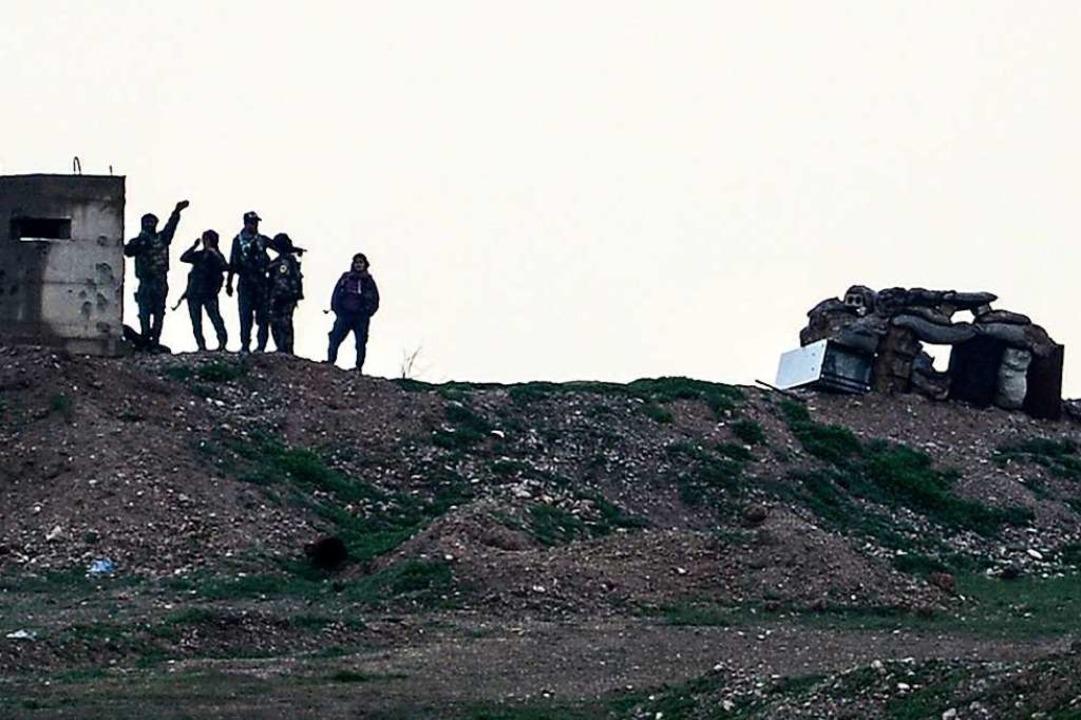 Dieses von der türkischen Nachrichtena...r Stadt Kobane in Nordsyrien stehen.    | Foto: Ugur Can/DHA/AP/dpa