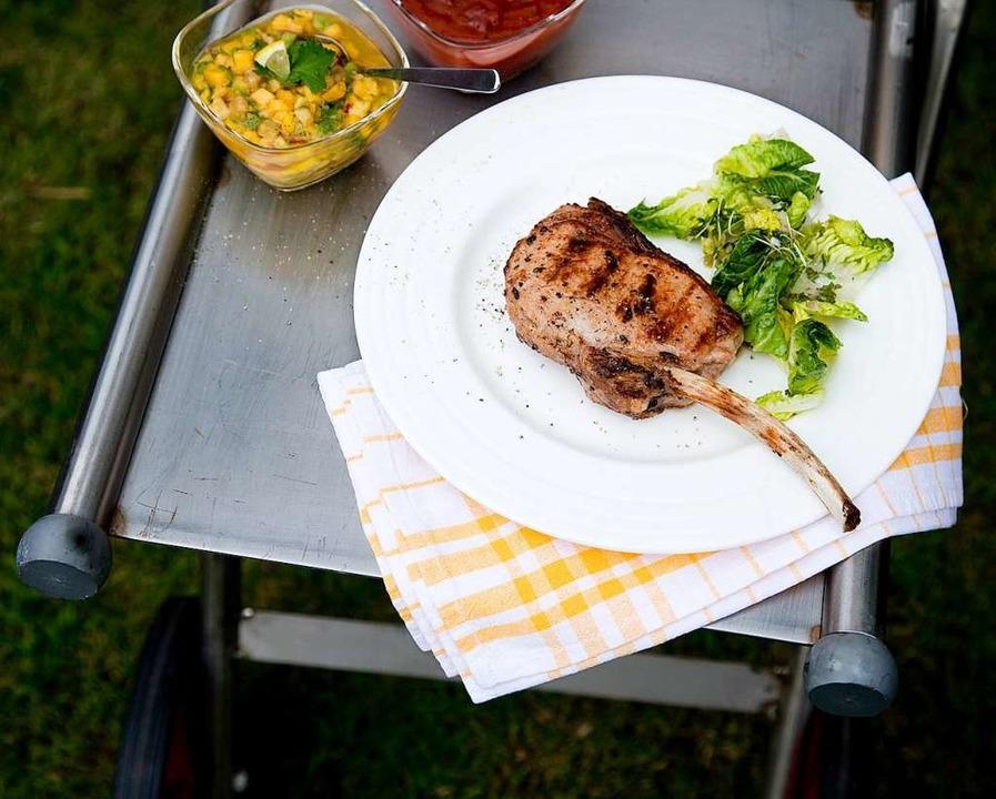 Grillade für Genießer: Kalbskronenkotelett mit Mango-Avocado-Salat  | Foto: Wissing