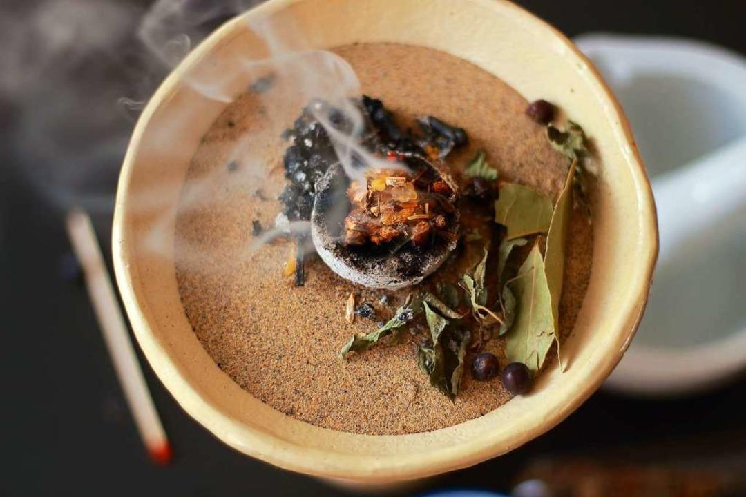 Beim rituellen Räuchern  werden Kräute...kohle oder auf dem Stövchen verbrannt.  | Foto: PhotoArtBC /Adobestock