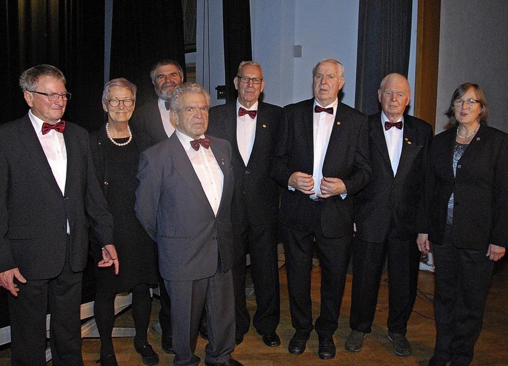 Dieter Kruckenberg und die Vorsitzende... Stabenow vom Chorverband (v. links )   | Foto: Dorothea Scherle