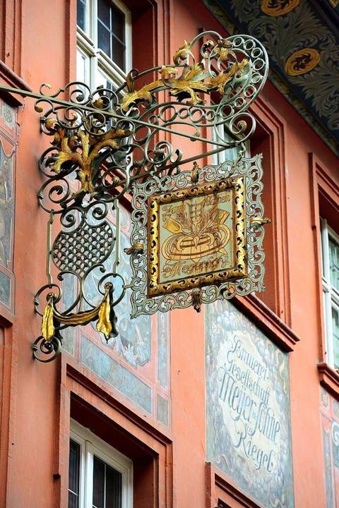 Wandmalerei und Wappen erinnern an die...igen Eigentümer des Kleinen Meyerhofs.  | Foto: Ingo Schneider