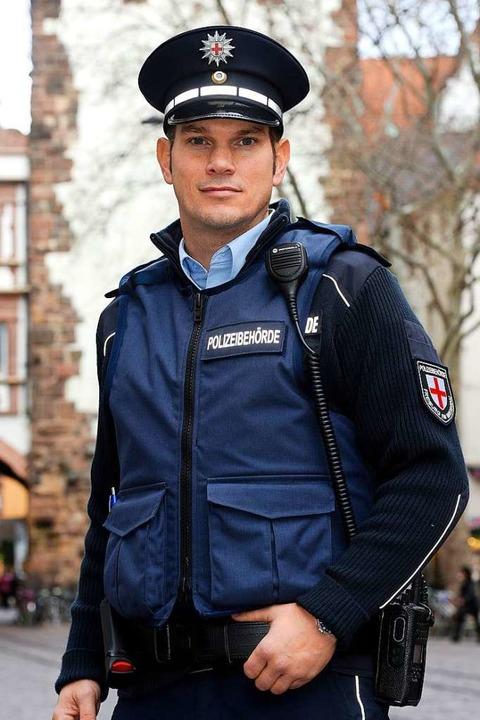 In Uniform, mit Abzeichen und Schulter...er 2017 den kommunalen Vollzugsdienst.    Foto: Thomas Kunz