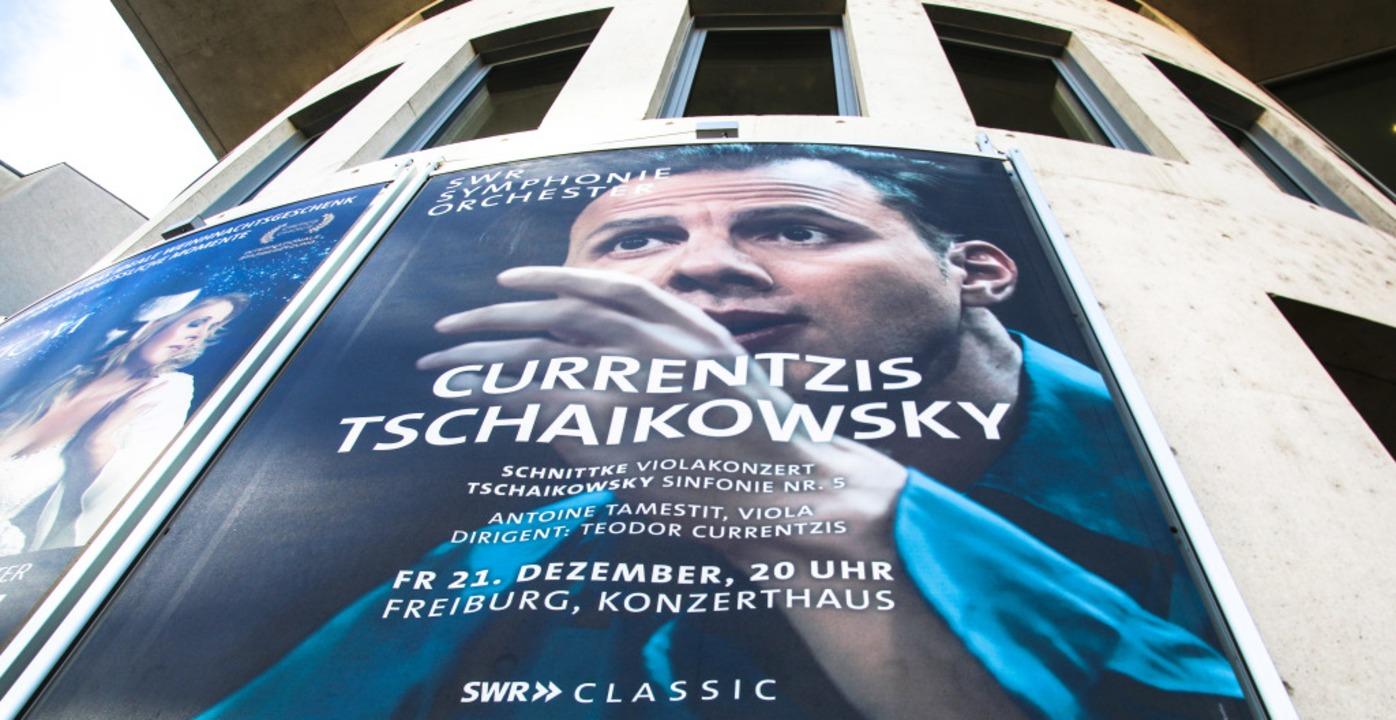 Übergroß, eindringlich: Currentzis-Plakat am Freiburger Konzerthaus  | Foto: dick/adobe.com