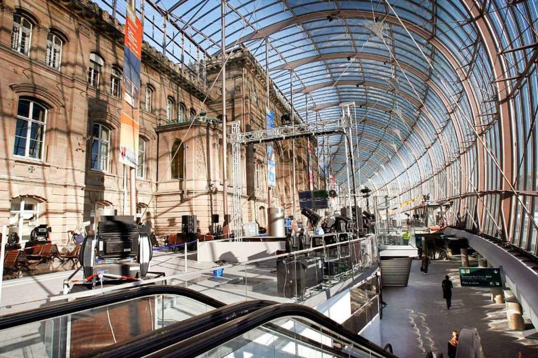Das Bahnhofsgebäude in Straßburg musst...Bombendrohung komplett geräumt werden.    Foto: dpa
