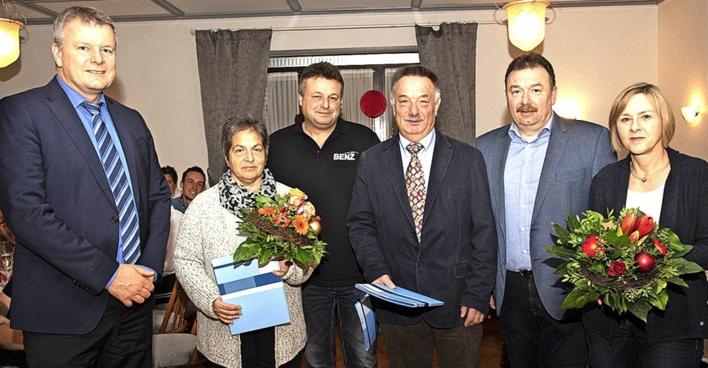 Auf 50 Jahre Betriebszugehörigkeit bei...ster Dirk Blens (links) gratulierten.   | Foto: Volker Münch