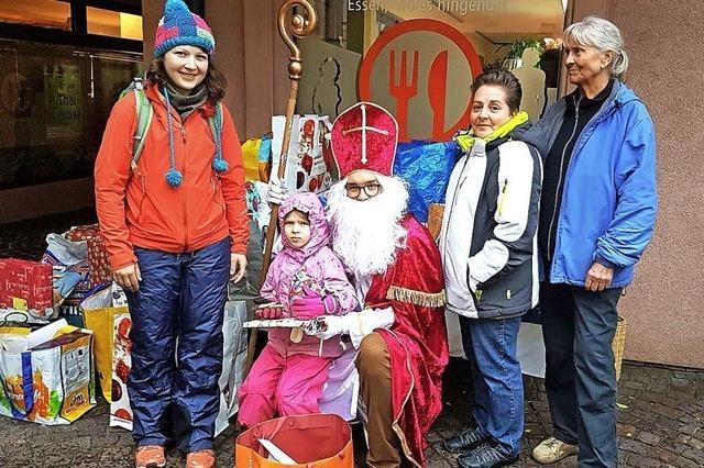 Nikolaus verteilt 80 Pakete