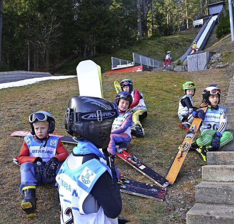 Jung-Piloten in Wartestellung: Nachwuc...n Schneeband belegten Schülerschanze.   | Foto: junkel