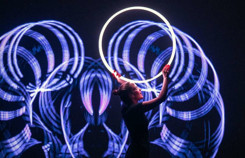Jonglieren mit LED-Reifen gehörte zum Programm der Aufführungen in Freiburg.    Foto: Patrick Seeger
