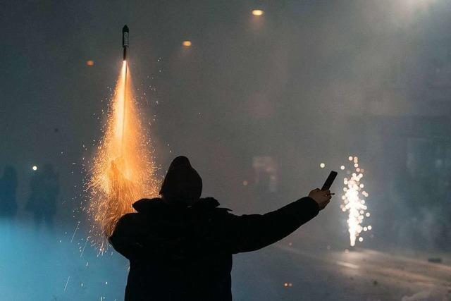 Angriffe auf Einsatzkräfte und Streitschlichter in Neujahrsnacht
